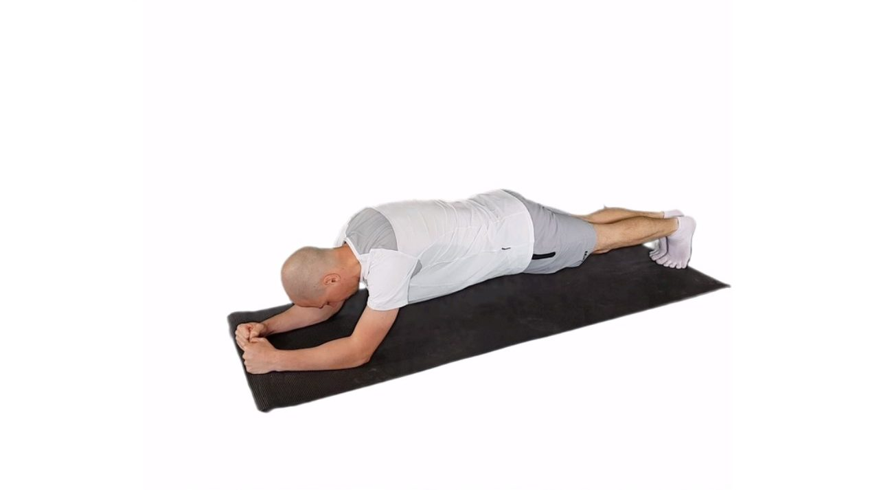 man doing plank exercise on yoga mat arms forward - learn kung fu online